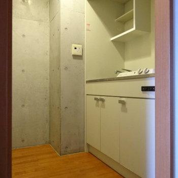 キッチンスペースは玄関横に。ここの壁もコンクリート打ちっぱなし。