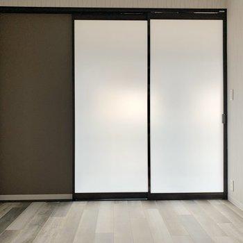 【洋室6帖】扉は半透明です
