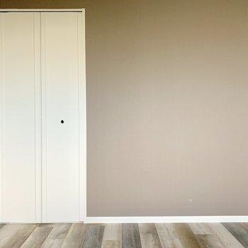 【洋室5帖】続いて、玄関側のお部屋へ
