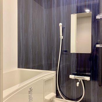 バスルームの壁は藍色で落ち着く
