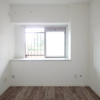 【洋室5帖】少し広めの洋室。こちらならダブルベッドを置けそう。