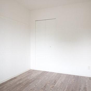 【洋室5帖】白いお部屋にダークブラウンの床が映えますね。