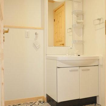 1階脱衣所に洗面台と洗濯機置場。