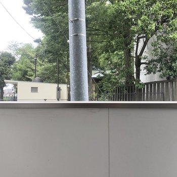 眺望は高めの壁。向かいは公園です。