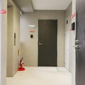 お部屋前すぐエレベーターです。