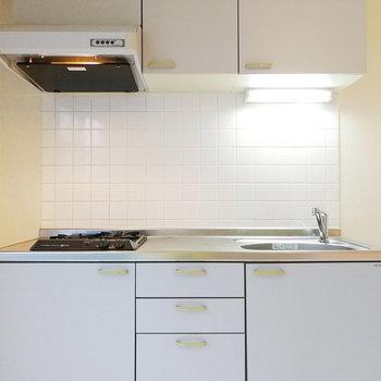 【下階】白で統一されたキッチン。
