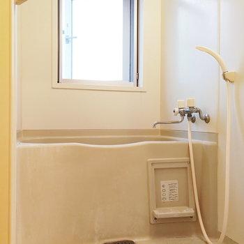 【上階】お風呂は窓があって換気しやすいです!※写真はクリーニング前のものです