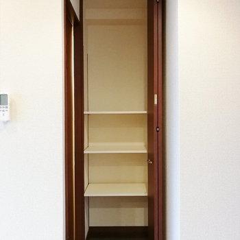 【上階】脱衣所の手前にも収納が。バス用品などにどうぞ。