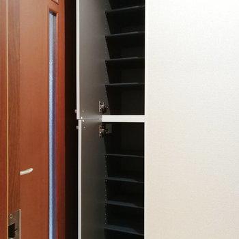 【下階】靴箱は縦長のこちら。なかなかの容量です。