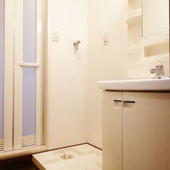 【上階】丸みデザインが印象的な洗面台のある脱衣所。