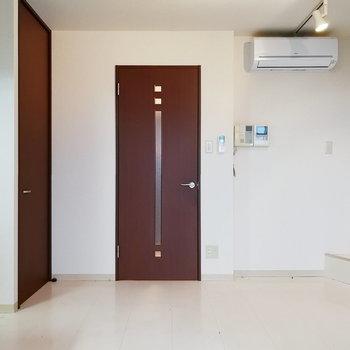 【下階】扉が差し色になっています。