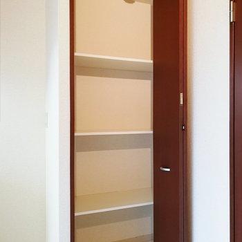 【下階】キッチン横に可動タイプの棚が。掃除用具などに便利そう。