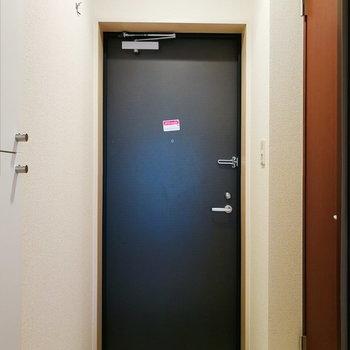 【下階】玄関前にはフックも。