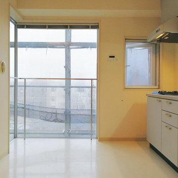 【下階】窓際にガラス天板のテーブルをくっつけたい。