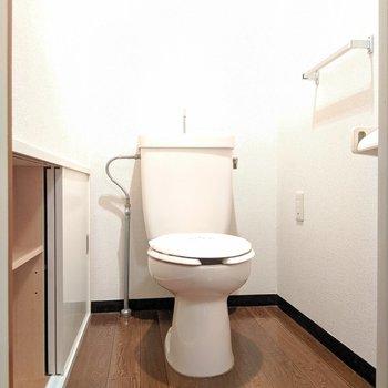 トイレ横の収納が2つ