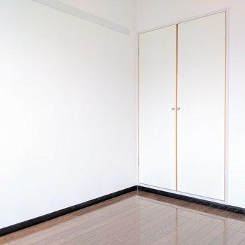 【洋室②】左上の長押には本を置いたり、フックで吊るしたり