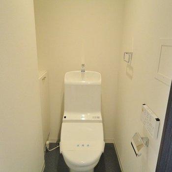 スタイリッシュなトイレ。(※写真は10階の反転間取り別部屋のものです)