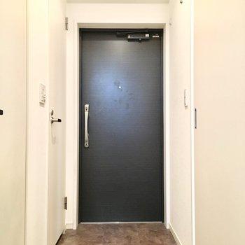玄関は広くはありませんが、、
