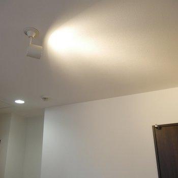 キッチン上の間接照明がいい感じ!やわらかい雰囲気が素敵です♪