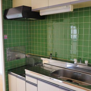 この緑のキッチンタイルが可愛い。
