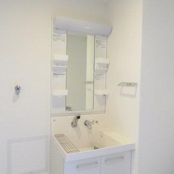 洗面台は収納たっぷり(※写真は12階の同間取り別部屋のものです)