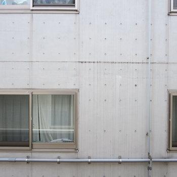 居室の窓からはおとなりのマンションが見えます※写真は前回募集時のものです