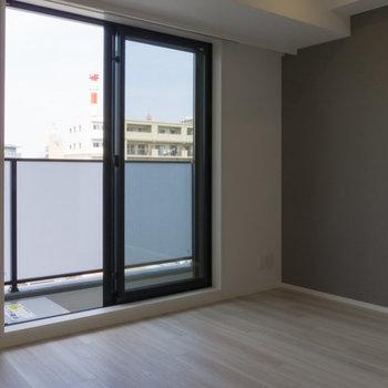 アクセントクロスが目を引きます。 ※写真は8階同間取り別部屋のものです