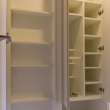 玄関には靴箱のほか、オープンタイプの収納があります。 ※写真は8階同間取り別部屋のものです