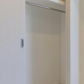この収納は2つに分かれています。うまく使い分けましょう。 ※写真は8階同間取り別部屋のものです