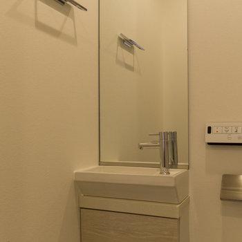 トイレ内の手洗い場。大きな鏡が嬉しい。 ※写真は8階同間取り別部屋のものです