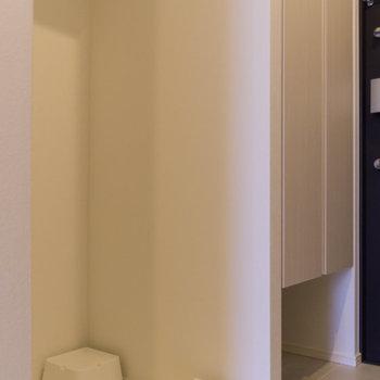 洗濯機置場。上部に洗剤などを保管できる棚があります。