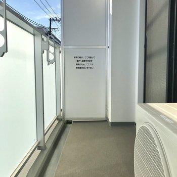ゆったりバルコニー※写真は2階の同間取り別部屋のものです。
