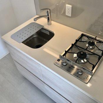 右側にキッチン。シンクはコンパクト※写真は2階の同間取り別部屋のものです。