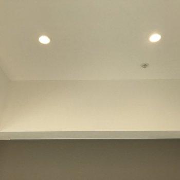 アクセントクロスの上にダウンライトと、、※写真は2階の同間取り別部屋のものです。