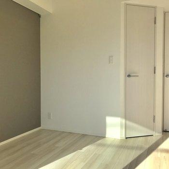 窓側から。スリムな扉がWIC!※写真は2階の同間取り別部屋のものです。