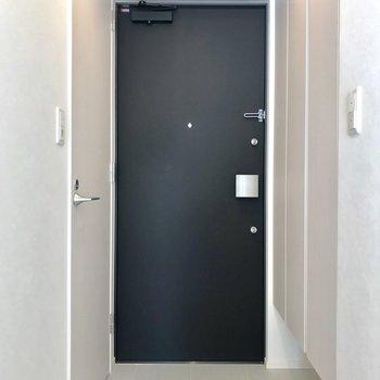 キレイな玄関〜右側には、、※写真は2階の同間取り別部屋のものです。