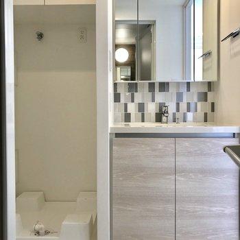 おとなりにサニタリー。洗面台の鏡の中にも収納できます◎※写真は2階の同間取り別部屋のものです。