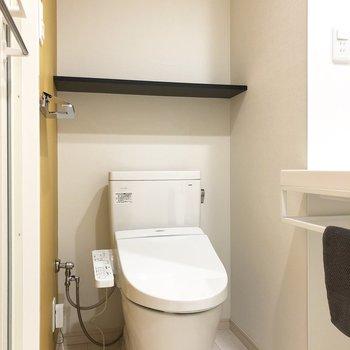 後ろの棚に消臭剤を置いておけますね。※写真の家具類はイメージです