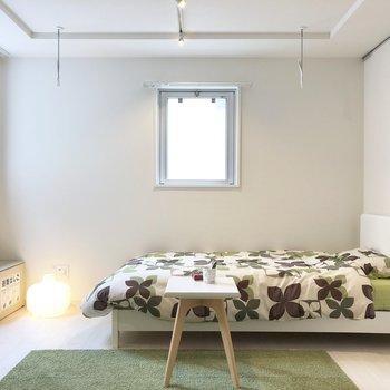 ポップな色がよく似合います。※写真の家具類はイメージです