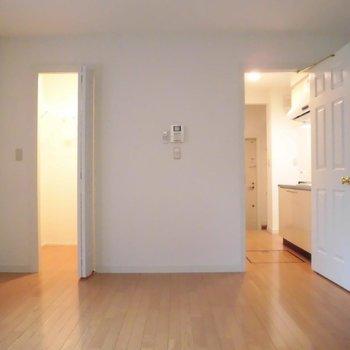 フローリングが優しい印象のお部屋。※写真は同階の同間取り別部屋のものです