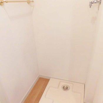洗濯機置場はキッチン横です。※写真は同階の同間取り別部屋のものです