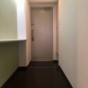 長い廊下の先に玄関