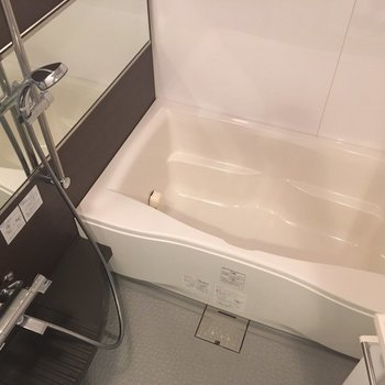 大きな横長の鏡がめずらしいお風呂