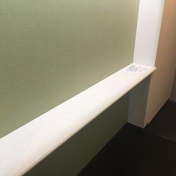 廊下の途中には、グリーンのクロスと棚