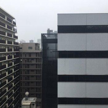 目の前には大きなマンションとビル