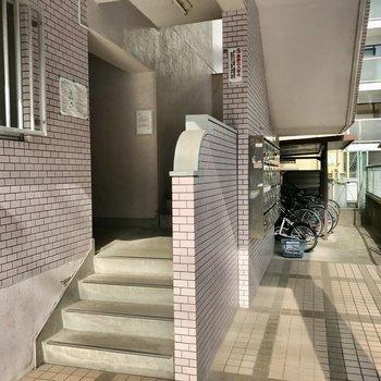 階段奥に駐輪場もありました