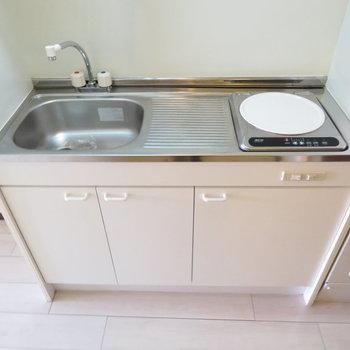 キッチンはコンパクト(※写真は4階の反転間取り別部屋のものです)