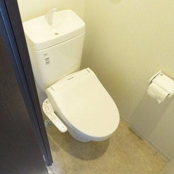 トイレは温水洗浄便座付き(※写真は3階の反転似た間取り別部屋のものです)