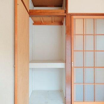 【洋室】こちらの物入れにはちょっとした棚を置くと収納力が上がります。※写真はクリーニング前のものです