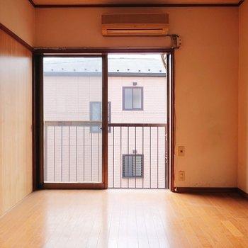 【洋室】テレビなどは右側に置きたいですね。※写真はクリーニング前のものです